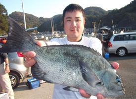 柳田氏(釣り場:牛根(ダイスの隣)42.5㎝1,185g